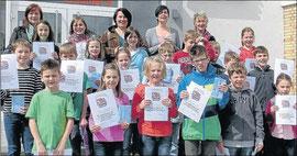 Zeigten stolz ihre Urkunden: Die Kinder Nicolaus- Hilgermann-Schule Rosenthal und der Cornelia-Funke- Schule Gemünden waren beim Lesewettbewerb erfolgreich.