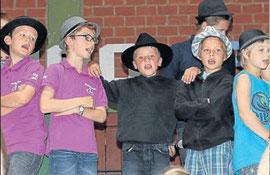 Cool mit Hut: Marmor, Stein und Eisen bricht: Das sang der Chor der Grundschüler. Die Kinder trugen dazu Hut – wie einst der Sänger Drafi Deutscher.
