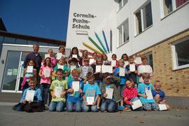 Unser Bild zeigt die erfolgreichen Teilnehmer mit ihren Sieger- und Ehrenurkunden.