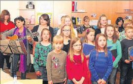 Der Frühling ist die schönste Zeit: Die Chorkinder der Cornelia-Funke-Schule sangen fröhliche Lieder. Foto: Moniac