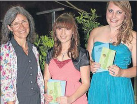 Besondere Leistungen: (von links) Kerstin Gnoth freute sich, Nicole Bruch und Sophia Tatay Geschenke für ihre besonderen Leistungen überreichen zu können.