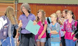 Herzlich willkommen: Schulleiterin Kerstin Gnoth begrüßte gestern die neuen Fünftklässler der Cornelia-Funke-Schule in einer Willkommensfeier. Foto: Schäfer