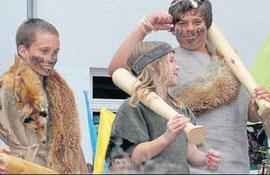 Urig mit Fell: Bis in graue Vorzeit ging die Modenschau zurück, die die Schüler aufführten: Der Steinzeitmensch trägt Fell. Bei den Herren ist der Bart ein Muss. Und als Accessoire wird die Keule lässig über der Schulter getragen.
