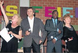 Rapper: Christine Schneider, Eckhard Schneider, Beat-Geber Alliance und Elke Thursar-Eichelbeck (von links) unterhielten mit einem Song zur Schulklassengeschichte.