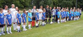 Die beiden Teams und die Schiedsrichter in der Startaufstellung – Foto: JPH