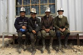 Tajikische Herren am Basar in Murgab