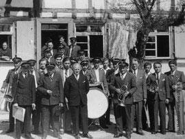 Vorstand  Georg Zimmer ( 1947-49 )mit Musikkapelle vor dem  Gasthof Blume