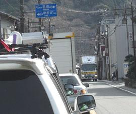 静かな山あいの町も大渋滞