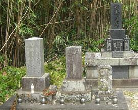 左端が亀次郎の墓