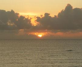 凪の東シナ海の日没