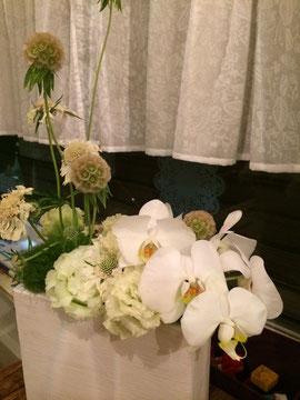 ホワイト基調のお花で待ってます!!