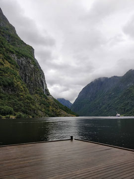 Blick vom Frühstückstisch auf den Fjord