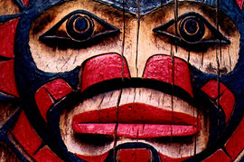 Detail eines Totempfahls vor dem Native Education College in Vancouver