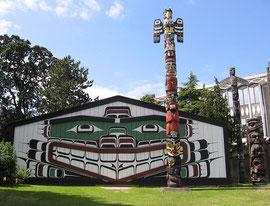 Großes Haus des Kwakiutl-Häuptlings Mungo Martin vor dem Royal British Columbia Museum
