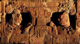 Mit Glyphen verzierte Rückenlehne eines aus der Maya-Stadt Piedras Negras stammenden Thrones, aufgenommen im National Museum of Archaeology and Ethnology, Guatemala City