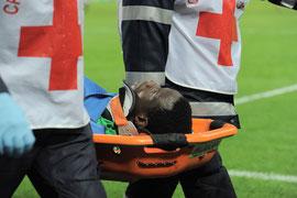 Dramé es retirado del campo tras sufrir el choque con Abate.