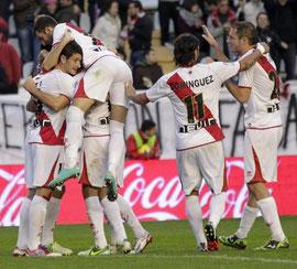 """Delibasic celebra con el """"Chori"""" Domínguez el tercer gol rayista. Foto: Agencia Efe."""
