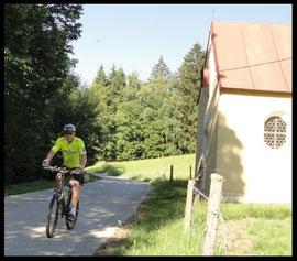 Kleine Kapelle am Wegesrand beim Anstieg zum Buchberg