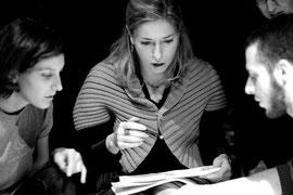 Il teatro d'impresa aiuta a sviluppare la leadership, ed e' utile per il teambuilding, la comunicazione efficace, la gestione dello stress e dei conflitti legati al cambiamento
