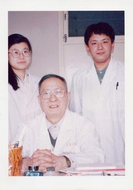左から胡慧医師 楊甲三教授 賀川院長