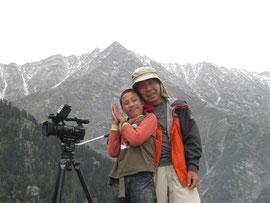 オロと津村カメラマン。第二次ロケの最初に登った山にて。