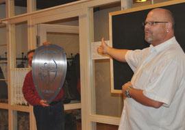 Jochen Heim übergibt das Geschenk an den 2. Vorsitzenden Ujo Stern
