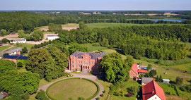 Luftbild von Schloss Alt Sammit bei Krakow am See