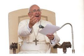 Le pape François lors de l'audience générale, le 10 juin 2014, place Saint-Pierre à Rome (photo : La Croix)