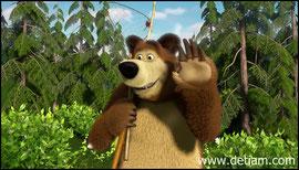 Мяч улетел далеко, Маша за ним побежала, а Медведь спокойно отправился на рыбалку