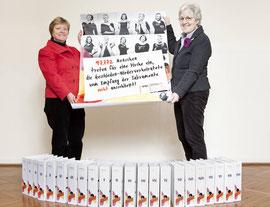 (v. l. n. r.) Maria Theresia Opladen, Bundesvorsitzende der kfd, und Anna-Maria Mette, stellvertretende Bundesvorsitzende, präsentieren die Gesamtzahl von 97.772 Unterschriften.
