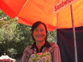 笑顔の素敵なサンドイッチ屋さんの女性