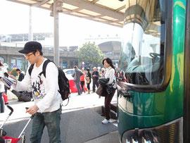 フェリーターミナル前のバス乗り場