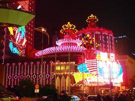 リスボアホテルの夜景(ピンクの建物)