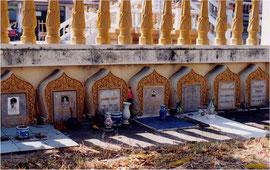 タイ、コラートで見かけたお墓