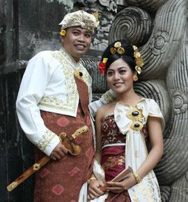 un couple mariée avec son keris