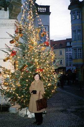 プラハのクリスマス・ツリー前にて野村路子
