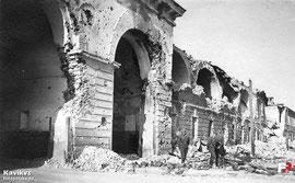 Трехарочные ворота с прилегающими казармами 455 стрелкового полка (на фото правее ворот)