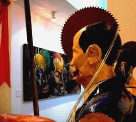 Một bức tượng bán thân bày trong cuộc triển lãm, phía trước là bộ tranh Liên minh