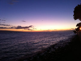 夏の終わりの夕暮れの海