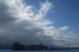 新潟平野から山にかかると、雲になるんですね