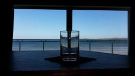 Ganz besonders ist der Ausblick aus der Bowmore Destillerie auf die Bucht.
