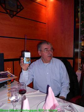 Claude Burkel présentant un détecteur dorbes qu'il a conçu sur ses travaux sur les hautes fréquences