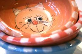 Katzenfutternäpfe in vielen fröhlichen Farben