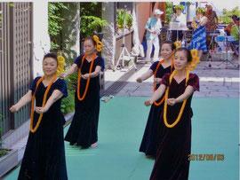 (街角会場でNa Pua Lei`Ilimaを踊る川島寿子のグループ)