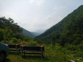 ▲朝日鉱泉前より登ってきた大朝日岳山頂を振り返りました。やはりガスでぼやけ視界は悪そうでした。