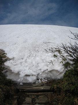 ▲銀玉水の看板から大朝日岳方面の登山道を望む。雪がたっぷりです。