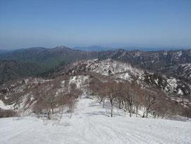 眼下に広がるのがブナの森、その奥が上倉山。