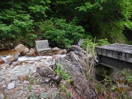 沢にかかる橋が壊れていますがすぐ横を簡単に渡れます(増水時以外はほぼ濡れず)