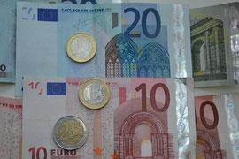 Mit Euro-Münzen und -Scheinen tragen die europäischen Bürger seit mehr als zehn Jahren europäische Symbole in der Geldbörse mit sich herum