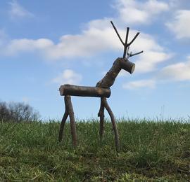 Bastel-Idee: Hirsch aus Waldmaterial. Foto: Gisela Löffler